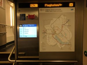Informace ve vlaku S-Bahn na nádraží Zürich Flughafen